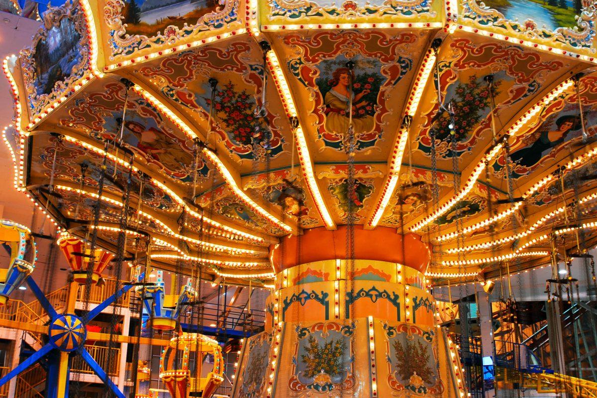 Karussell im Vergnügnungsteil Galaxyland der West Edmonton Mall, Alberta, Kanada - © 2009fotofriends  / Shutterstock