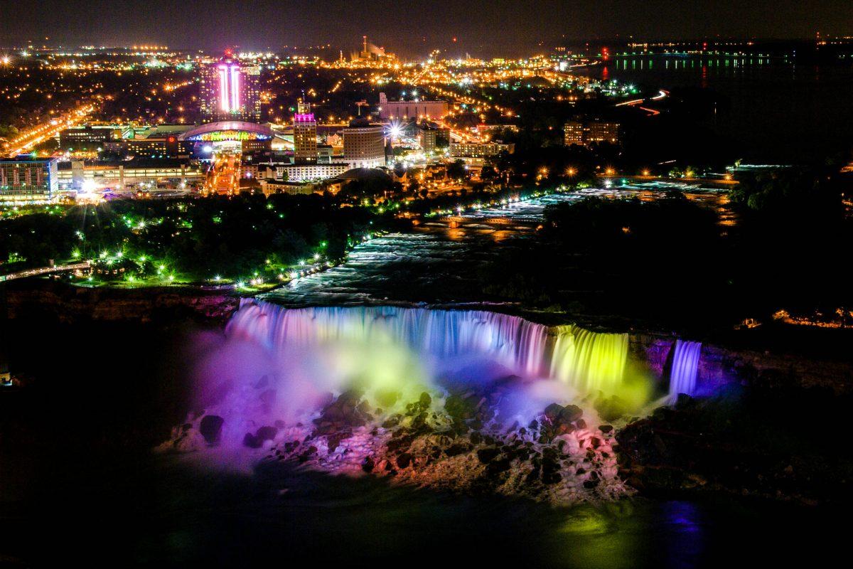 Nächtlicher Blick vom Skylon-Tower aus 170m Höhe auf die in allen möglichen wechselnden Farben angestrahltem Niagara Fälle, Kanada/USA - © James Camel / franks-travelbox