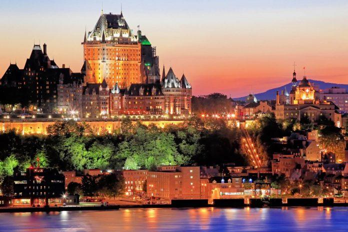 Quebec bei Sonnenuntergang, im Vordergrund der Sankt-Lorenz-Strom, im Hintergrund das berühmte Hotel Château Frontenac, Kanada  - © Vlad G / Shutterstock