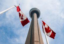Der Canadian National Tower (CN-Tower) ist mit 553 Metern Höhe das Wahrzeichen von Toronto, Kanada - © James Camel / franks-travelbox