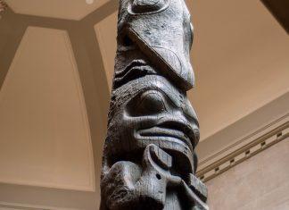 Ein gigantischer Totempfahl erstreckt sich im Treppenhaus des Royal-Ontario-Museums in Toronto, Kanada, vom Erdgeschoß bis ins fünfte Stockwerk - © James Camel / franks-travelbox
