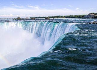 Zwischen den beiden riesigen Seen Lake Erie und Lake Ontario fließt der Niagara River, der sich bei den Niagarafällen knapp 60m eine Schlucht hinunterstürzt, Kanada/USA - © James Camel / franks-travelbox