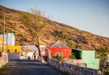 Auf der Insel Fogo werden die Gäste von verschlafenen Dörfchen mit farbenfrohen Häusern erwartet, Kap Verde - © Axel Lauer / Shutterstock