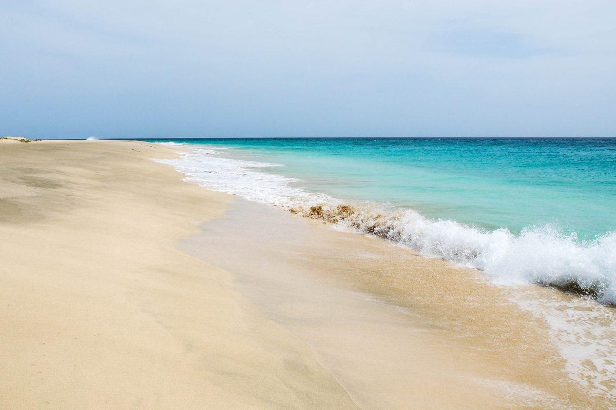 Auf der Insel Maio flimmern gleißende Strände unter der afrikanischen Sonne, die absolute Einsamkeit versprechen, Kap Verde - © Piotr G / Shutterstock