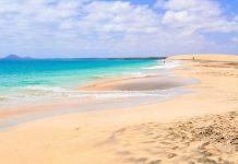Auf der vegetationslosen Insel Sal regnet es durchschnittlich an zehn Tagen im Jahr, die Wüste hat jedoch atemberaubende Strände hervorgebracht, Kap Verde - © Styve Reineck / Shutterstock