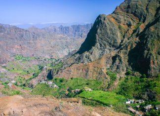 Auf Santo Antão schmiegen sich mehrere Dörfer in eine zerfklüftete Bergwelt, Kap Verde - © Pierre-Jean Durieu / Shutterstock