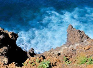 Blick auf die Brandung des Atlantiks an der Küste von Fogo, Kap Verde - © Raul Rosa / Shutterstock
