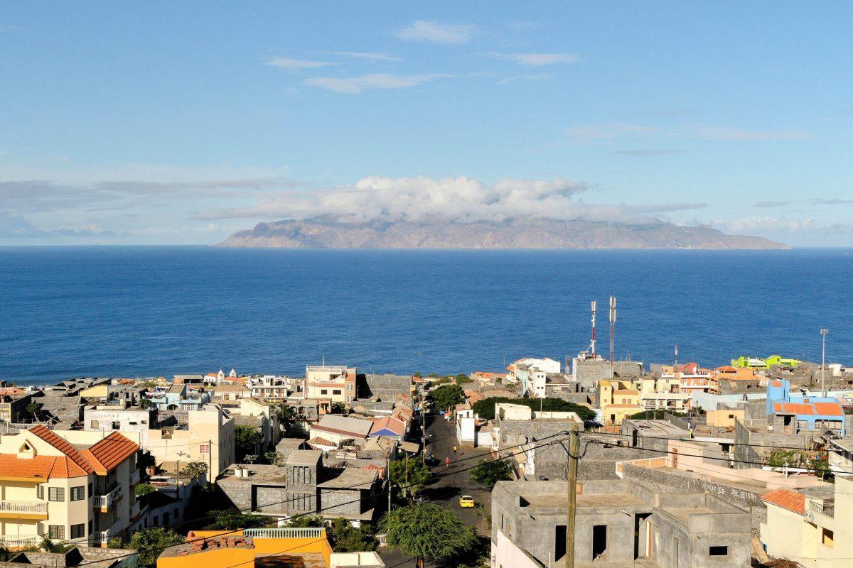 Blick über das Häusermeer von Fogos Hauptstadt São Filipe mit der Nachbarinsel Brava im Hintergrund, Kap Verde - © Raul Rosa / Shutterstock