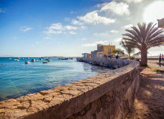 Boote liegen in einer Bucht auf Boa Vista vor Anker, Kap Verde - © Axel Lauer / Shutterstock
