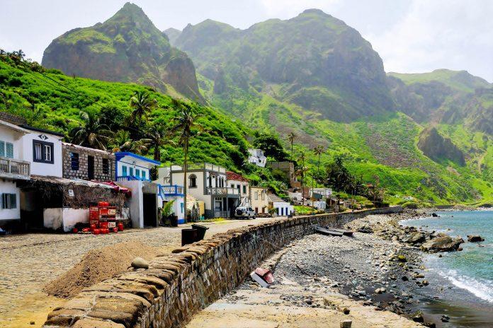 Brava ist die kleinste bewohnte Insel der Kap Verden und lockt Besucher mit ihrer schroffen Bergwelt, in der sich malerische Ortschaften verstecken - © Raul Rosa / Shutterstock
