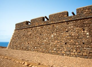 Cidade da Ribeira Grande de Santiago wird heute noch von der mächtigen Festung Fortaleza Real de São Felipe bewacht, die 1590 von den Portugiesen errichtet wurde, Kap Verde - © AlexanderManykin/Shutterstock