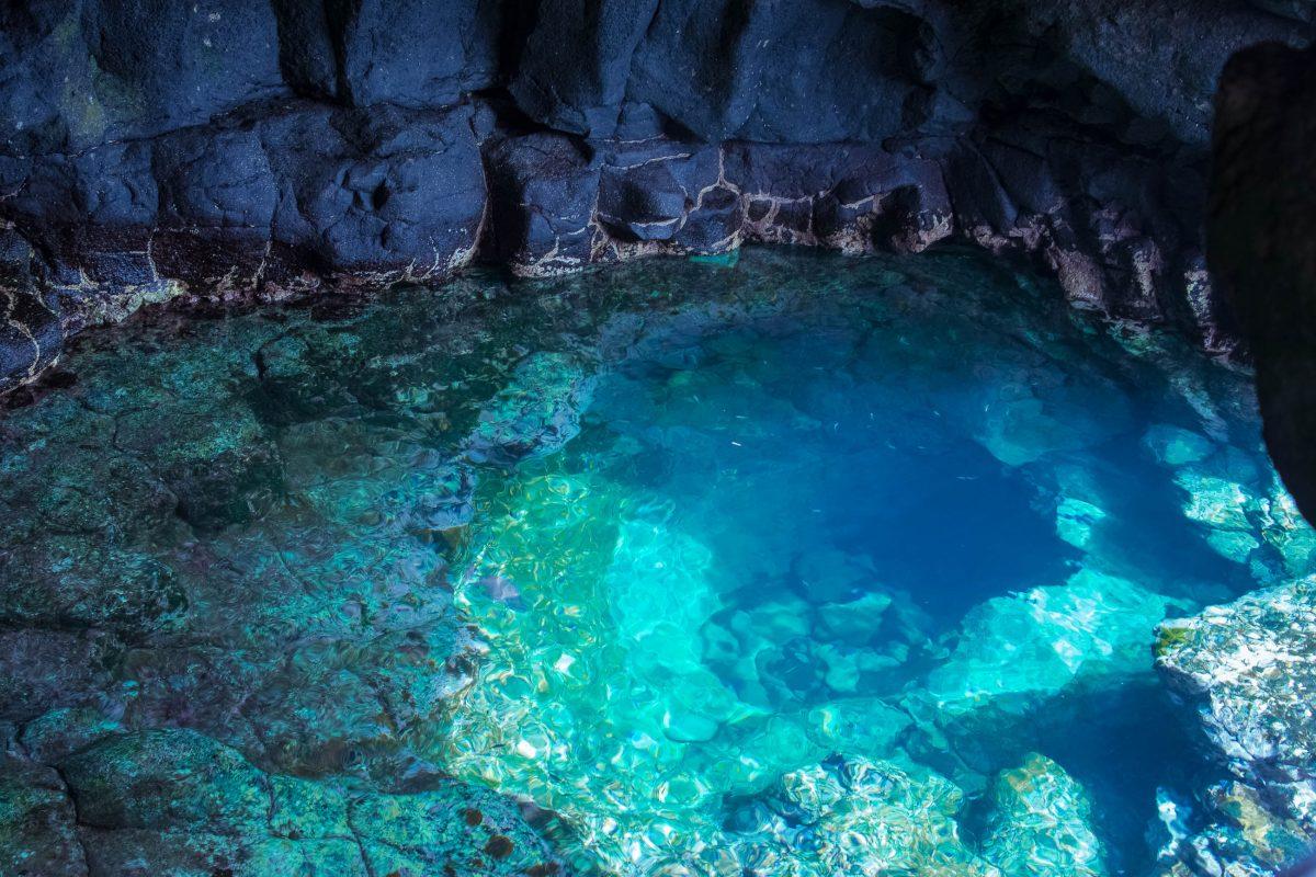 Das Olho Azul auf der Insel Sal leuchtet um die Mittagszeit in strahlenden Blau- und Türkistönen, Kap Verde - © Michel Borges / Shutterstock