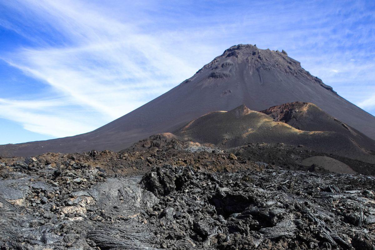 Der Aufstieg auf den Pico do Fogo erfolgt über erstarrte Lavaströme und scharfkantiges Geröll, Kap Verde - © Sundebo / Shutterstock