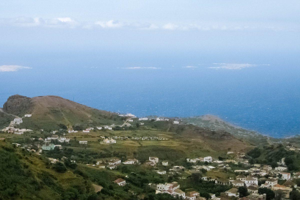 Der Hauptort Vila Nova Sintra liegt hoch auf dem Bergrücken über Brava und wird oft als die schönste Stadt der Kap Verden bezeichnet - © Ingo Wölbern PD/Wikipedia