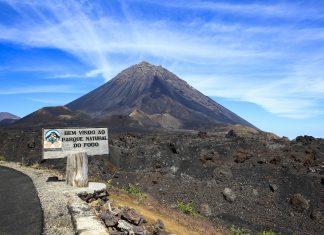 Der Pico do Fogo auf der Insel Fogo ist mit knapp 3.000m Höhe der höchste Berg der Kap Verden und zweithöchster Berg im Atlantik - © Sundebo / Shutterstock