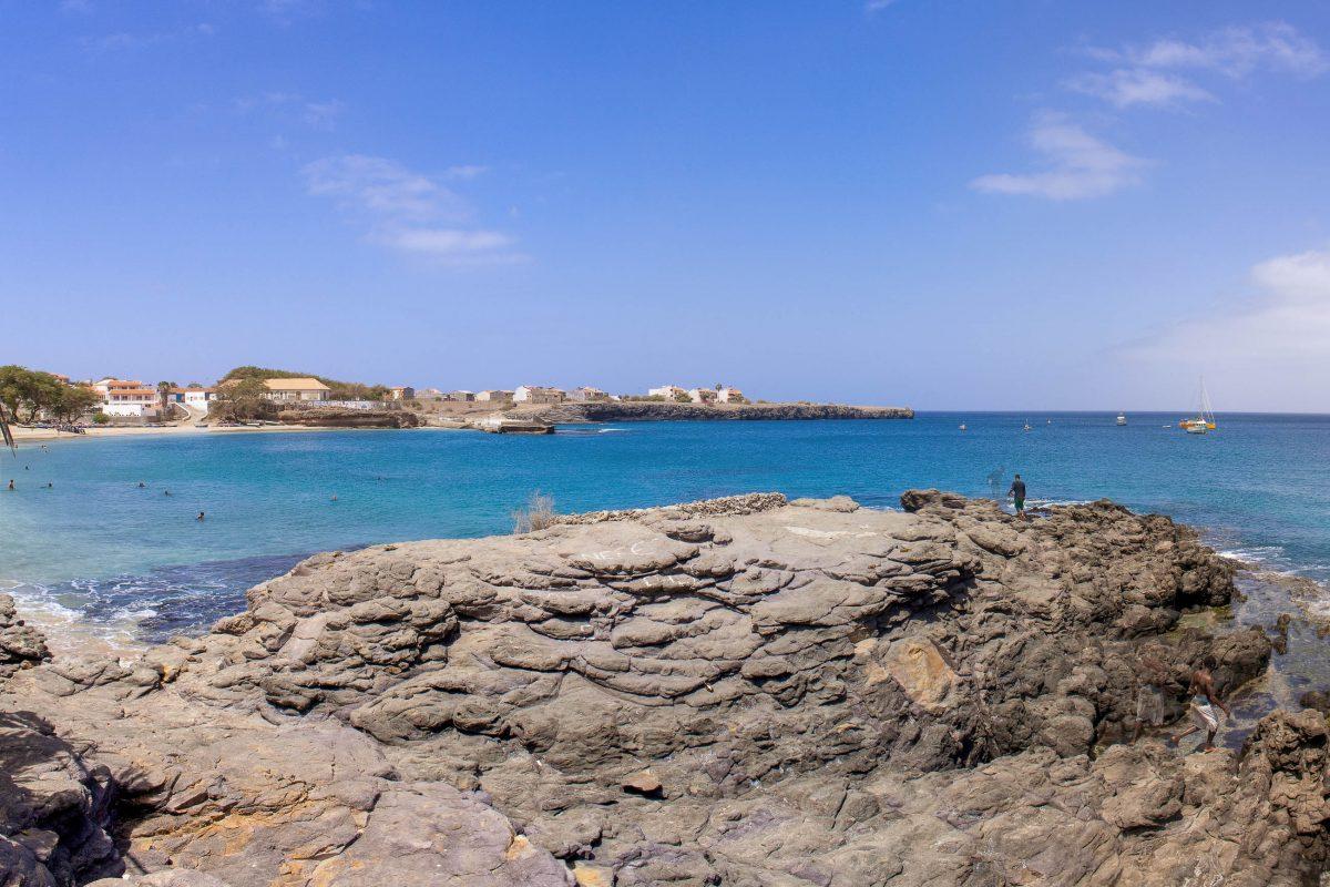 Der Strand von Tarrafal in der gleichnamigen Bucht auf der Insel Santiago gilt als schönster Strand der Kap Verden - © AlexanderManykin/Shutterstock