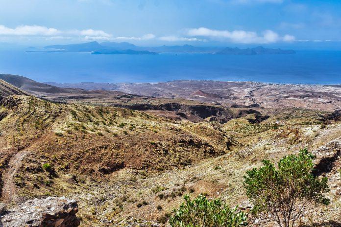 Der Weg von Ribeira Grande nach Porto Novo führt durch zerklüftete Täler, Santo Antao, Kap Verde - © Frank Bach / Shutterstock