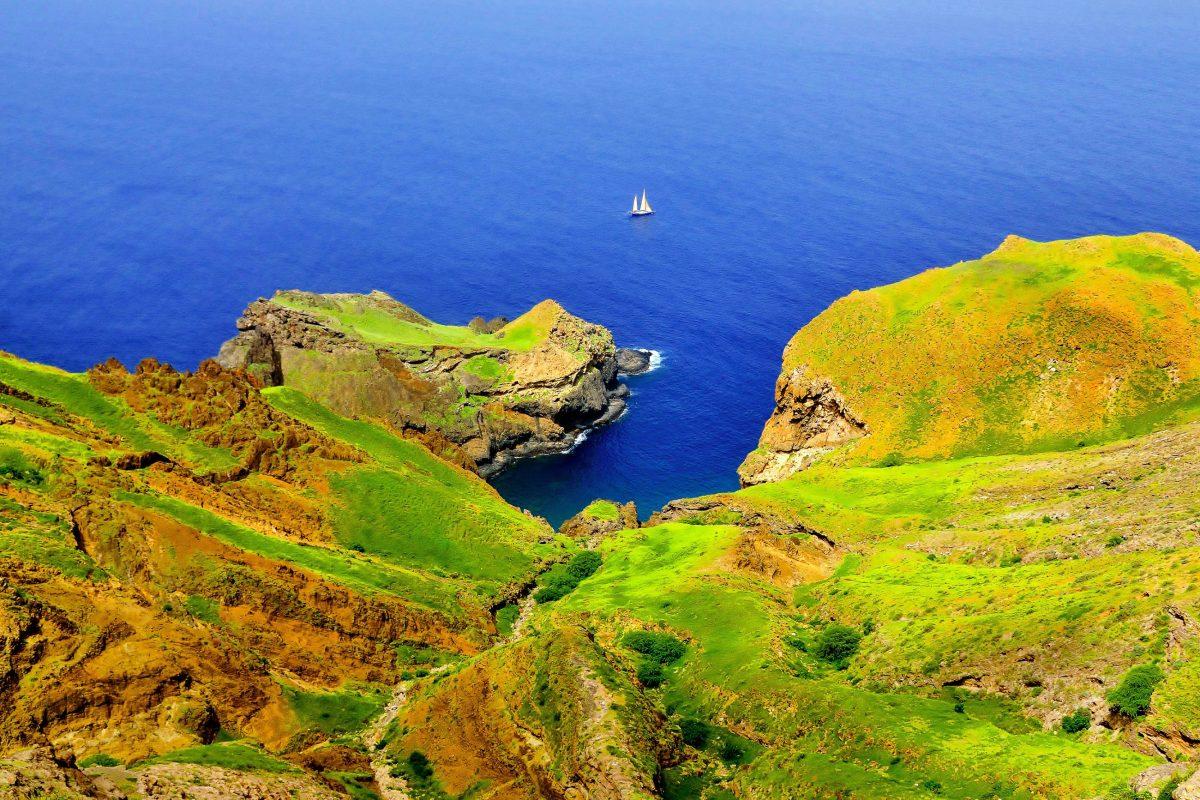 Die kleine Insel Brava im Südwesten ist um einiges grüner als die östlichen Inseln der Kap Verden und lädt von Oktober bis Februar zu Wanderungen ein - © Raul Rosa / Shutterstock