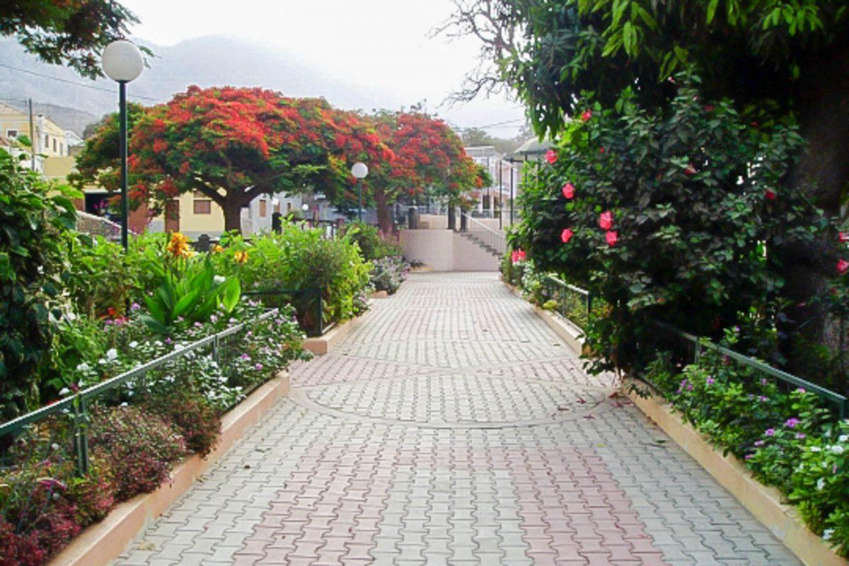 Die sympathische kleine Hauptstadt Ribeira Brava auf der InselSão Nicolau der Kap Verden erwacht vor allem während des morgendlichen Marktes zu regem Leben - © Bluecrane CC BY 2.0 / Wiki