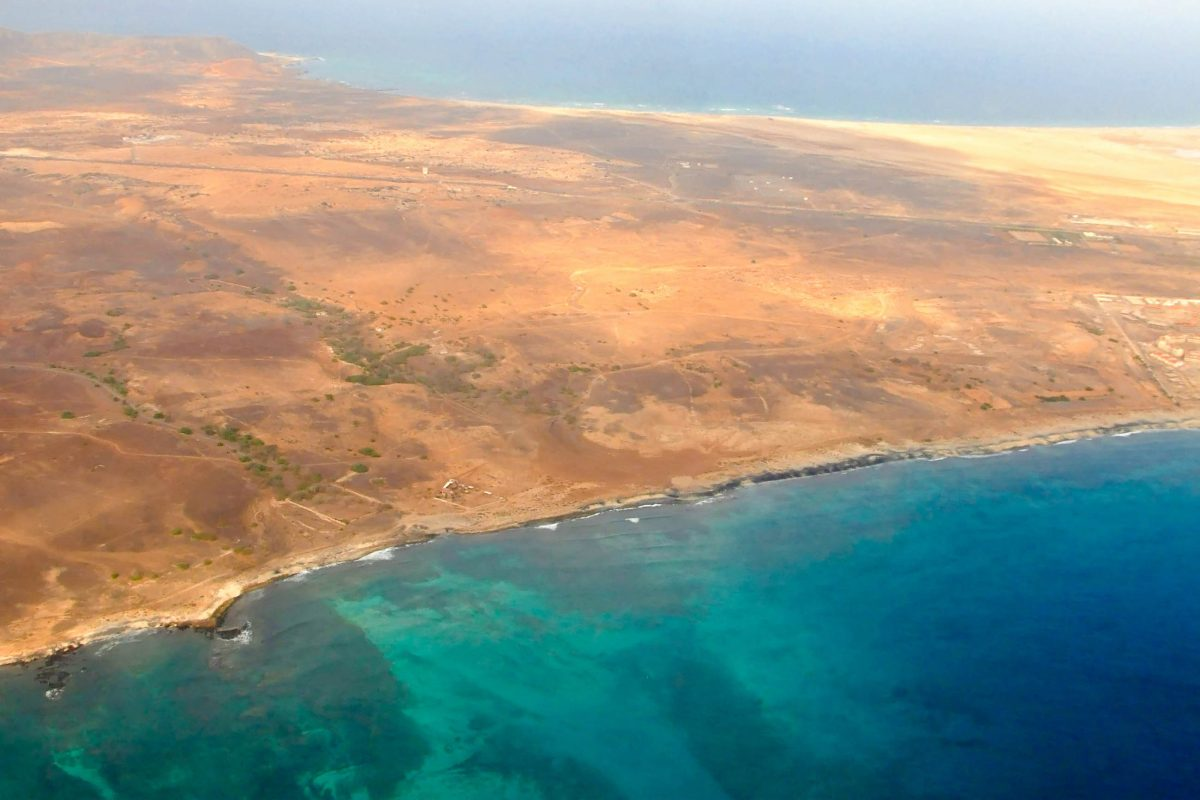 Es gibt auf Sal keine Berge, keine Täler oder Schluchten, keine Kulturdenkmäler oder Nationalparks, sondern lediglich Hitze und Meer, Kap Verden - © Styve Reineck / Shutterstock