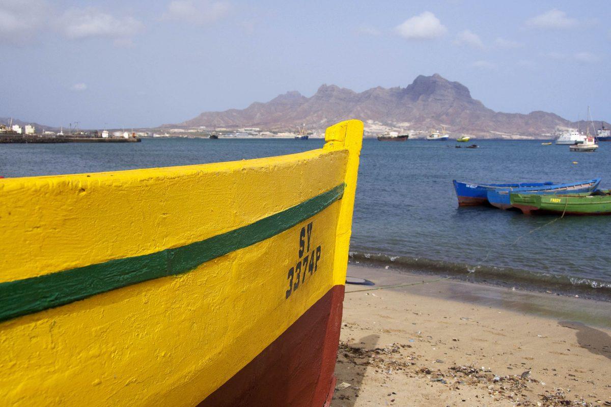 Farbenfrohe Fischerboote am Strand bei Mindelo, São Vicente, Kap Verde - © Danita Delmont / Shutterstock