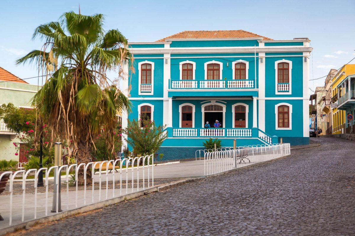 Farbenfrohe koloniale Villa auf Fogo, Kap Verde - © Axel Lauer / Shutterstock