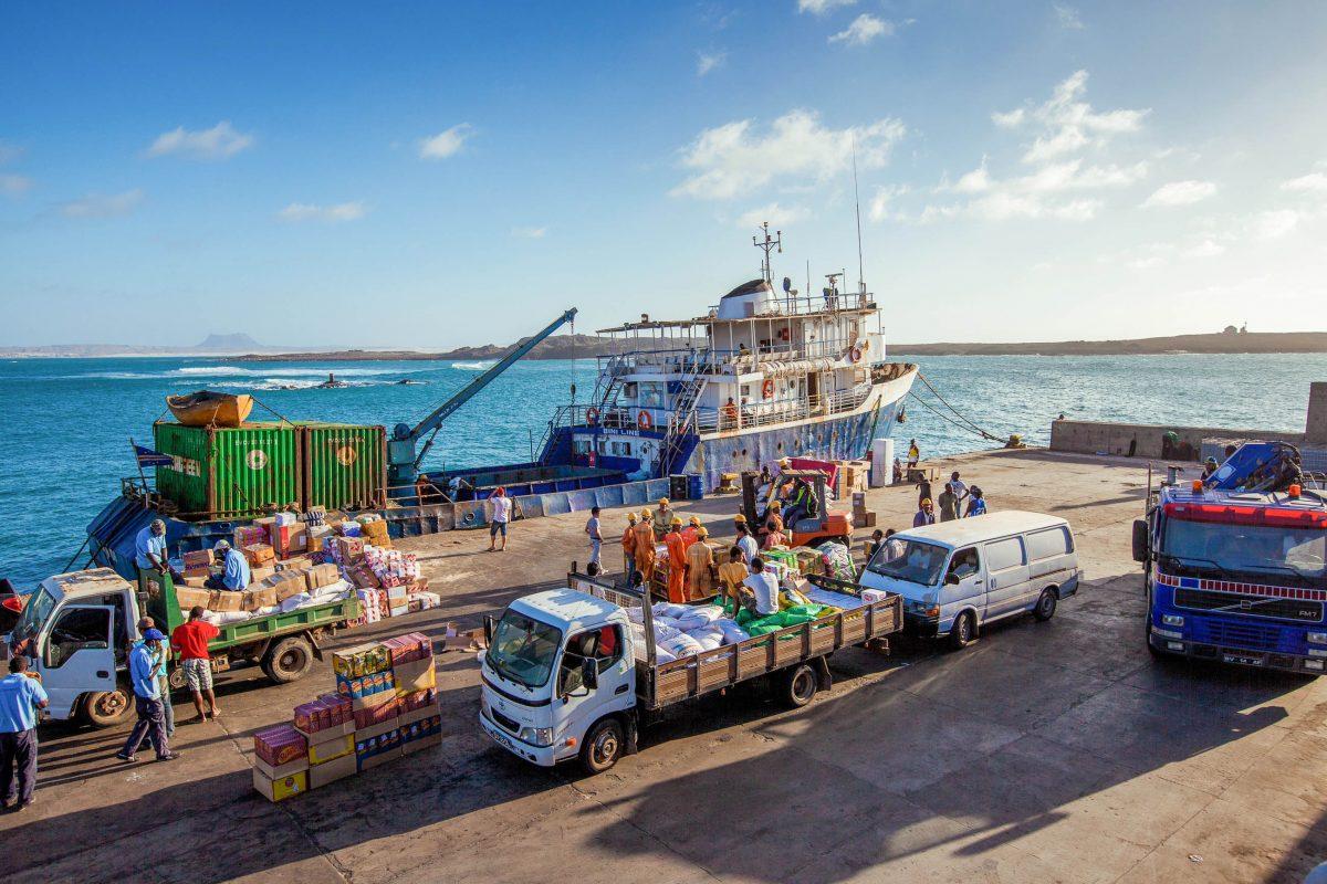 Geschäftiges Treiben im Hafen von Sal Rei auf Boa Vista, Kap Verde - © Axel Lauer / Shutterstock