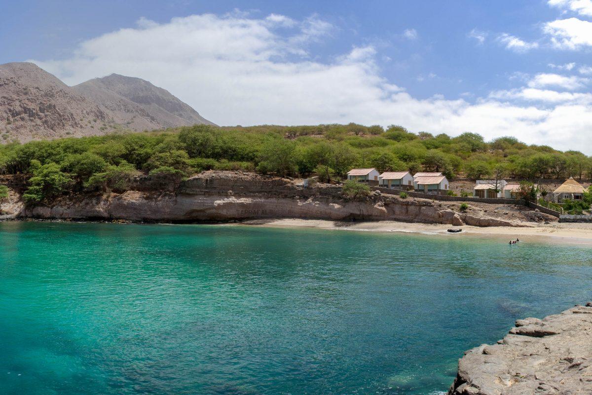 In der Bucht von Tarrafal kann man wunderbar relaxen, während man das bunte Treiben der Boote am kleinen Fischerhafen beobachtet, Kap Verde - © AlexanderManykin/Shutterstock