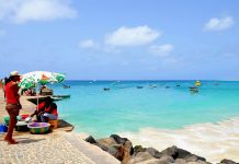 Mit einem traumhaften Strand und gut ausgebauten Hotelanlagen spielt sich in Santa Maria das Leben von Sal ab, Kap Verden - © Styve Reineck / Shutterstock
