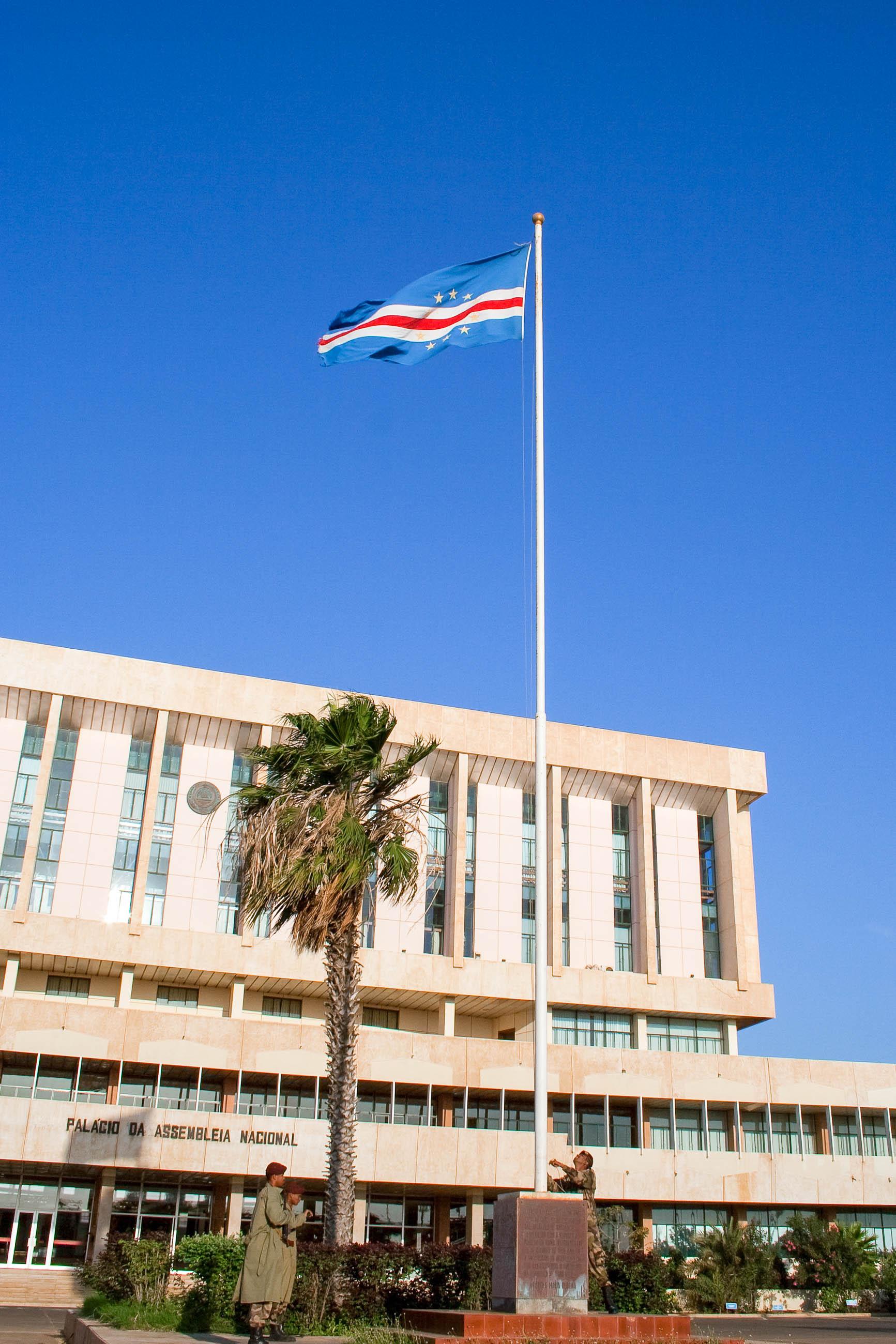 Das Parlamentsgebäude in Praia, der Hauptstadt der Kap Verden, auf der Insel Santiago - © Alexander Manykin / Shutterstock