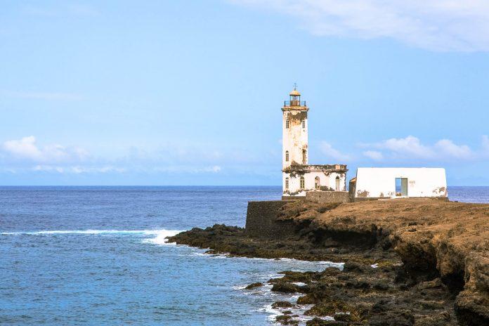 Der alte Leuchtturm am Hafen von Praia auf der Insel Santiago könnte einen neuen Anstrich vertragen, Kap Verde - © Alexander Manykin / Shutterstock