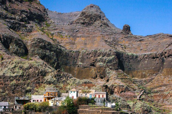 Ribeira das Fonteinhas ist ein winziges Dorf, das sich auf der Insel Sao Antão auf eine Felsnase schmiegt, Kap Verde - © Pierre-Jean Durieu/Shutterstock