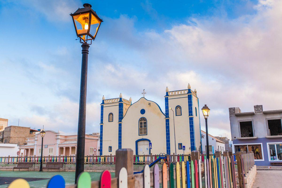 Die Igreja de Santa Isabel ist eines der schönsten Gebäude am gleichnamigen Platz in Sal Rei, der Hauptstadt der Insel Boa Vista, Kap Verde - © Axel Lauer / Shutterstock