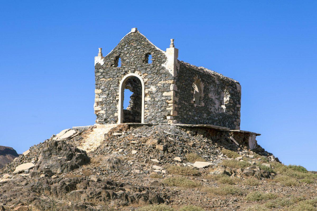 Nördlich der Hauptstadt Sal Rei lässt sich oberhalb der Felsküste die Ruine der Kapelle Nossa Senhora de Fátima entdecken, Boa Vista, Kap Verde - © Sabino Parente / Shutterstock