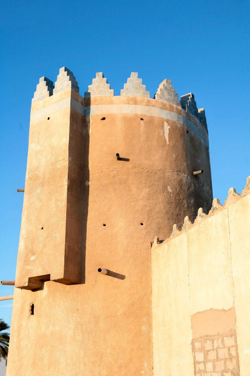 Das historische Fort am Strand von al-Wakra in Katar stammt aus dem 20. Jahrhundert und beherbergt heute ein Museum - © Paul Cowan/ Shutterstock