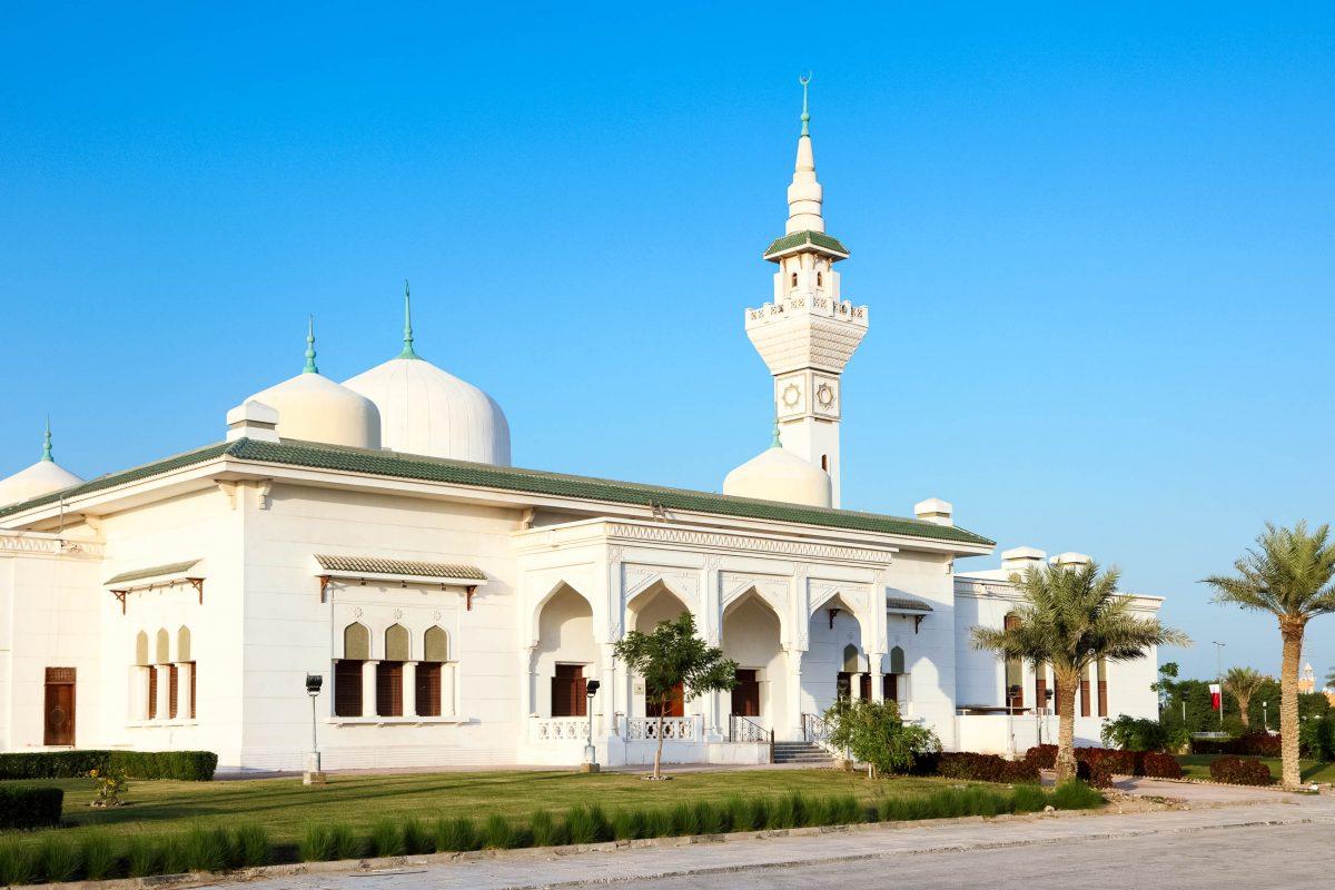 Die Große Moschee von al-Wakra in Katar wurde im Stil des Wahhabismus errichtet - © Philip Lange / Shutterstock
