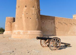 Das kolossale Zubara-Fort an der Nordwestküste Katars ragt mit dicken Mauern und mächtigen Türmen aus der kargen Ebene Katars - © FRASHO / franks-travelbox
