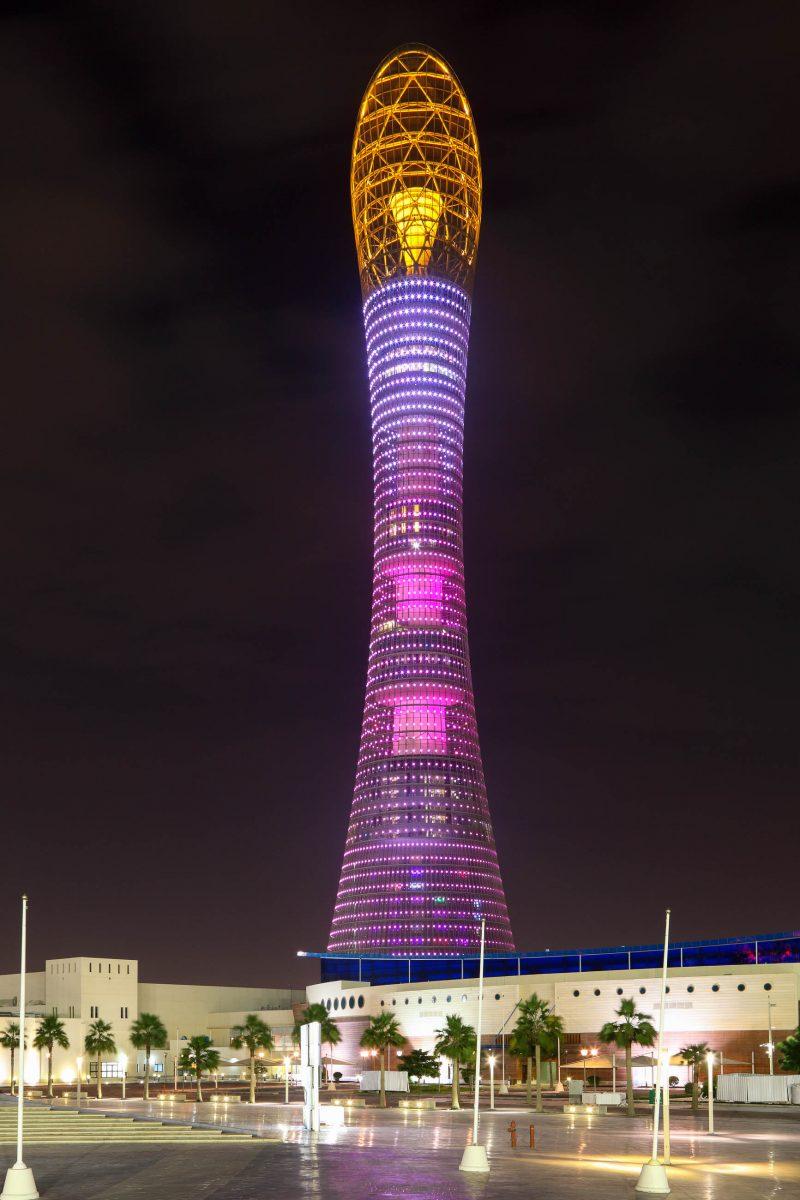 """Bei nächtlicher Beleuchtung wird deutlich, warum der 300m hohe Aspire Tower in Katar auch """"Torch Hotel"""" genannt wird - © Philip Lange / Shutterstock"""