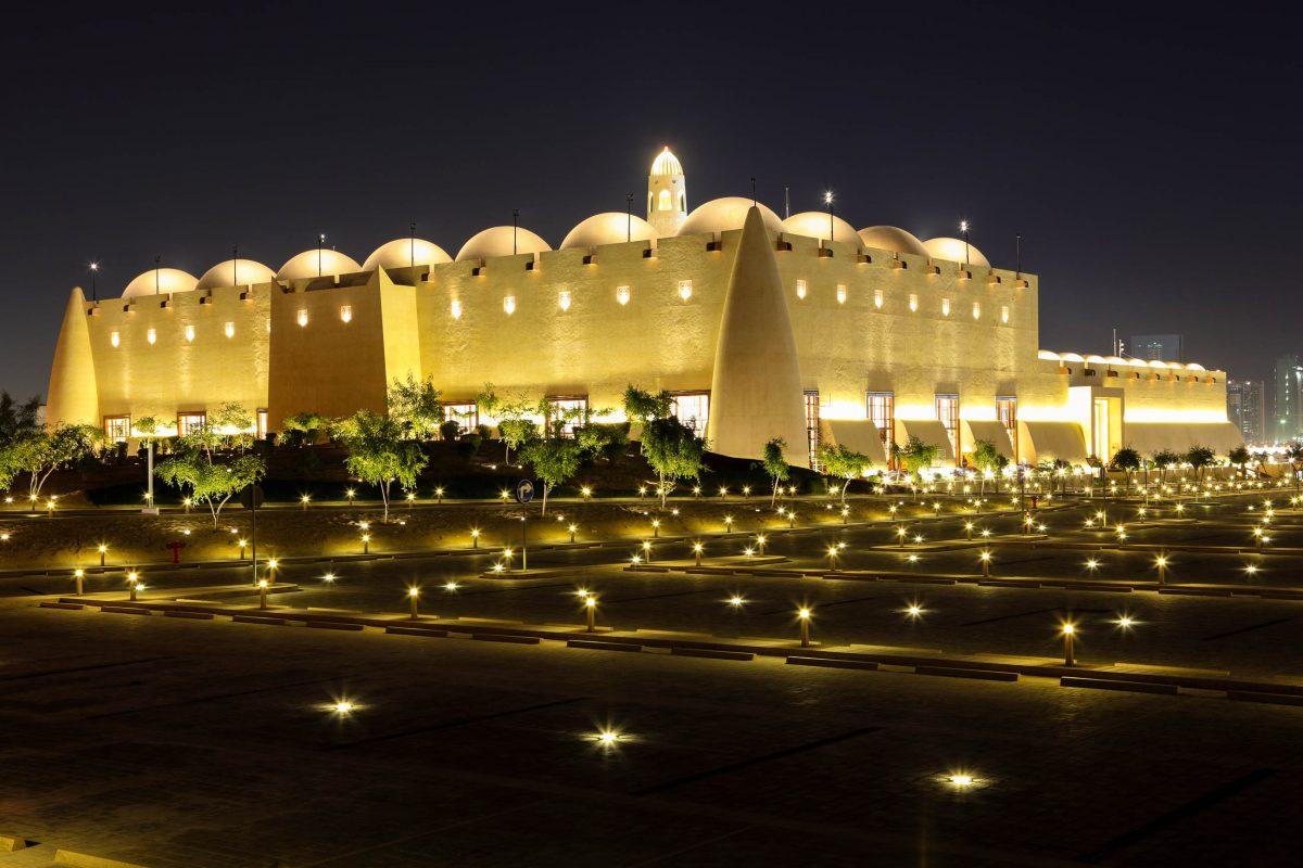 Bei Nacht ist die Hauptmoschee von Doha spektakulär beleuchtet, Katar - © Philip Lange / Shutterstock