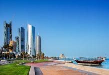 Blick über die Corniche von Doha, der wunderschönen Hafenpromenade entlang der Bucht der Hauptstadt Katars - © Sophie James / Shutterstock