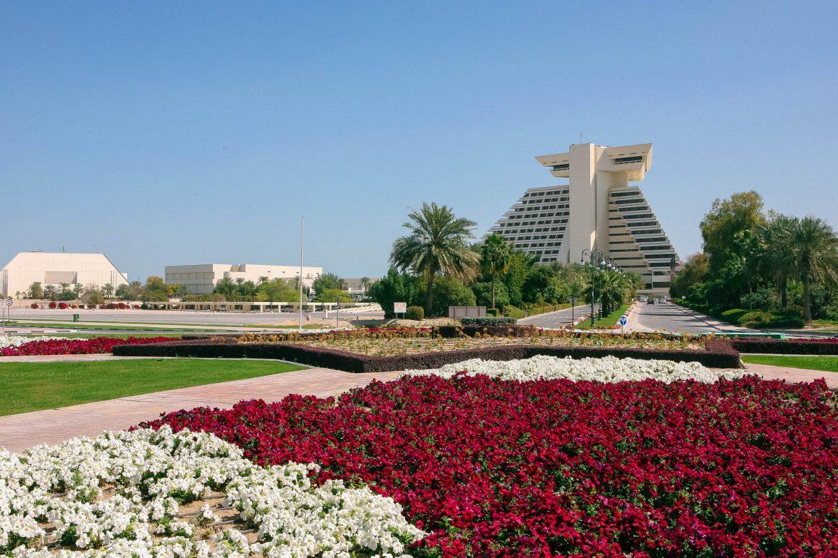 Das auffällige Sheraton-Hotel markiert das nördliche Ende von Dohas Corniche und ist vom idyllischen Sheraton-Park umgeben, Katar - © Paul Cowan / Shutterstock