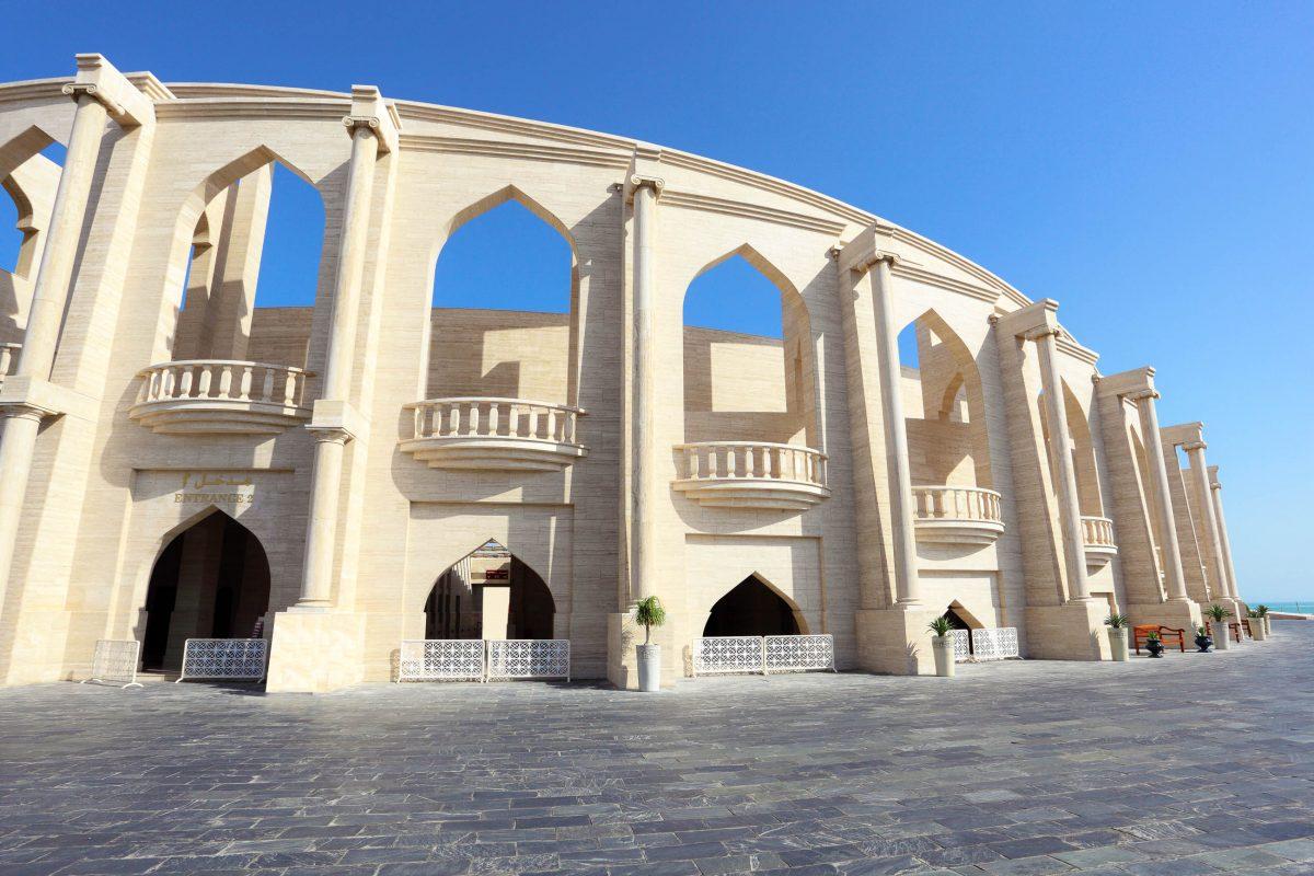 Das Kulturdorf Katara betont die Bedeutung aller traditionellen Kulturen weltweit, hier eine exquisite Mischung aus griechisch und arabisch - © Philip Lange / Shutterstock