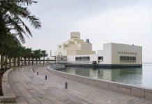 Das Museum of Islamic Art steht auf Wunsch des Architekten auf einer eigenen Insel, damit seine Wirkung von anderen Gebäuden nicht geschwächt werden kann, Doha, Qatar - © FRASHO / franks-travelbox