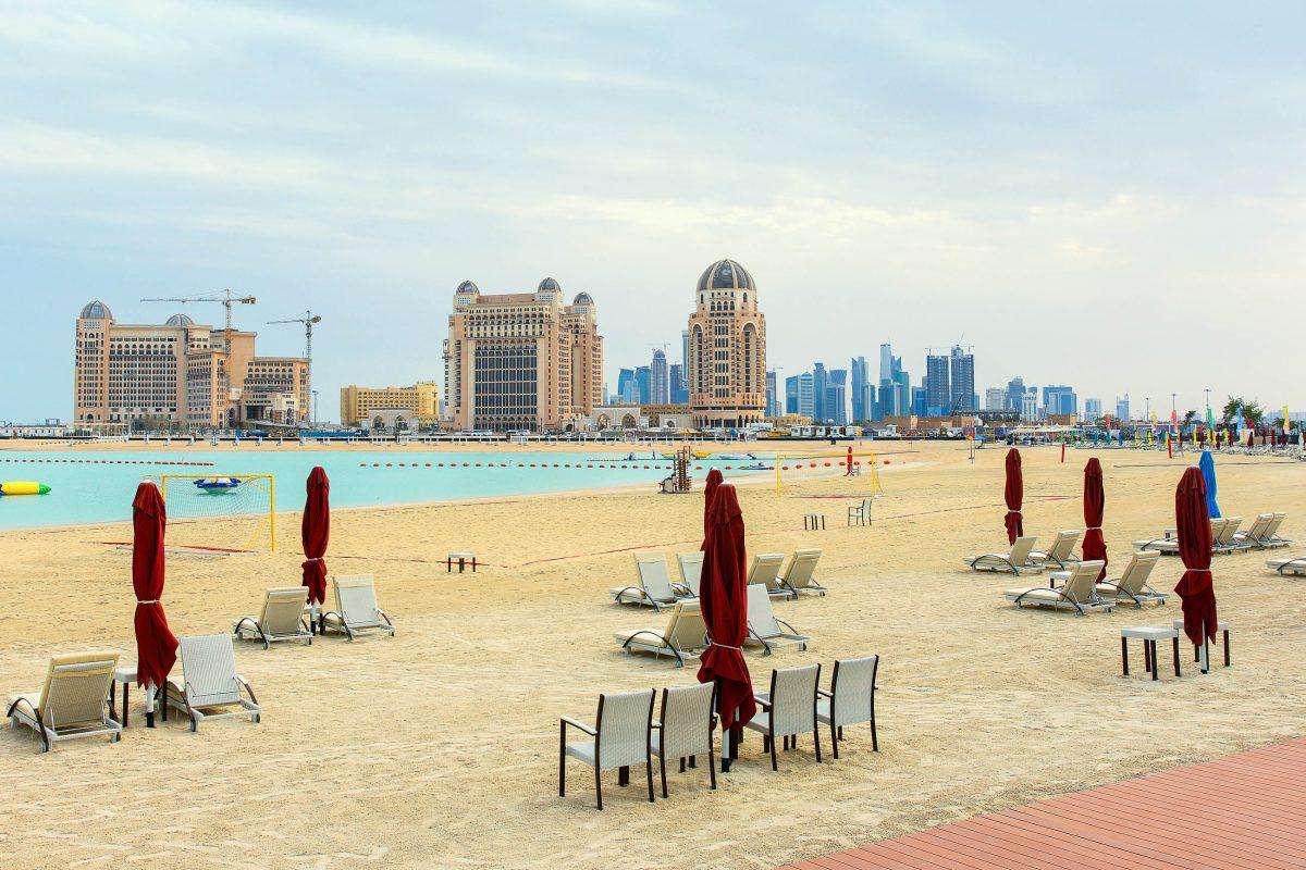 Der traumhafte Strand von Katara in Doha, im Hintergrund thronen die modernen Hotels, Katar - © Paul Cowan / Shutterstock
