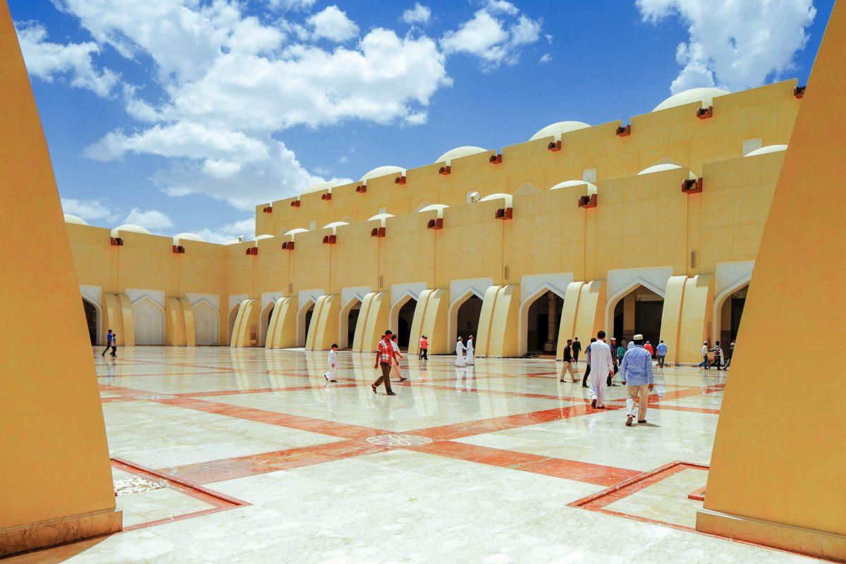 Der weitläufige Innenhof der Großen Moschee von Doha und die Gebetshallen auf drei Ebenen fassen insgesamt 30.000 Gläubige, Katar - © Sophie James / Shutterstock