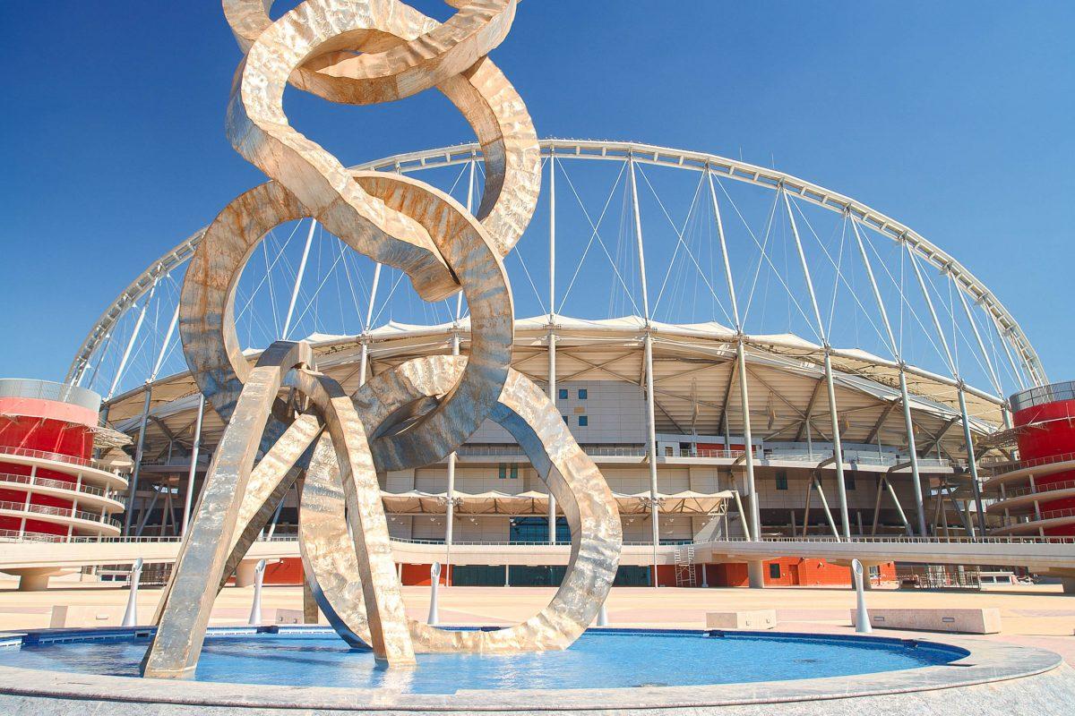 Eine Skulptur außerhalb des Khalifa International Stadion in der Aspire Zone, Katar - © Sean Nel / Shutterstock