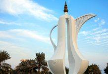 """Im Sheraton-Park an der Corniche von Doha thront eine riesige """"Dallah"""", eine traditionell arabische Kaffeekanne, Katar - © Paul Cowan / Shutterstock"""