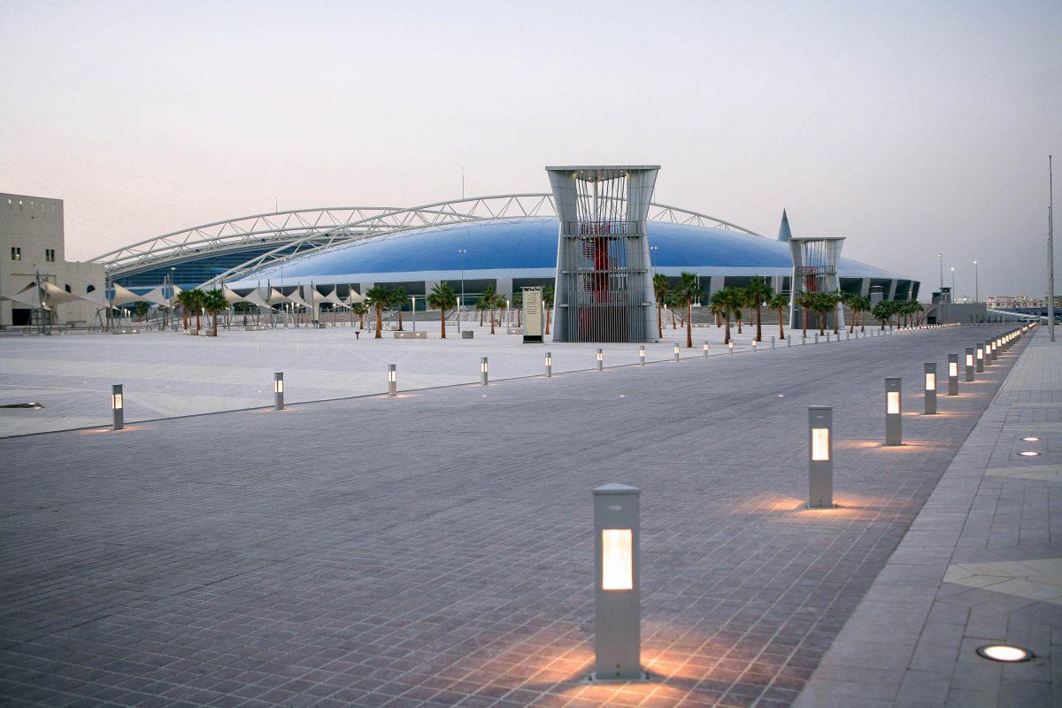 Nächtlicher Blick auf die Aspire Dome, die im Rahmen einer Sportakademie Platz für 13 verschiedene Sportarten bietet, Katar - © Paul Cowan / Shutterstock
