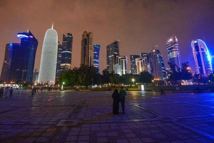 Nächtliches Panorama in Doha an der Corniche, Katar - © FRASHO / franks-travelbox