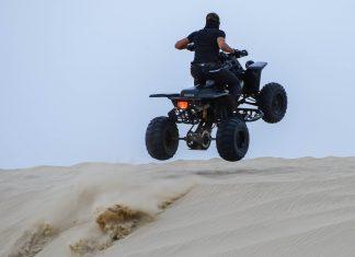Eine Sprungeinlage beim Dune Bashing, Mesaieed, Katar - © FRASHO / franks-travelbox